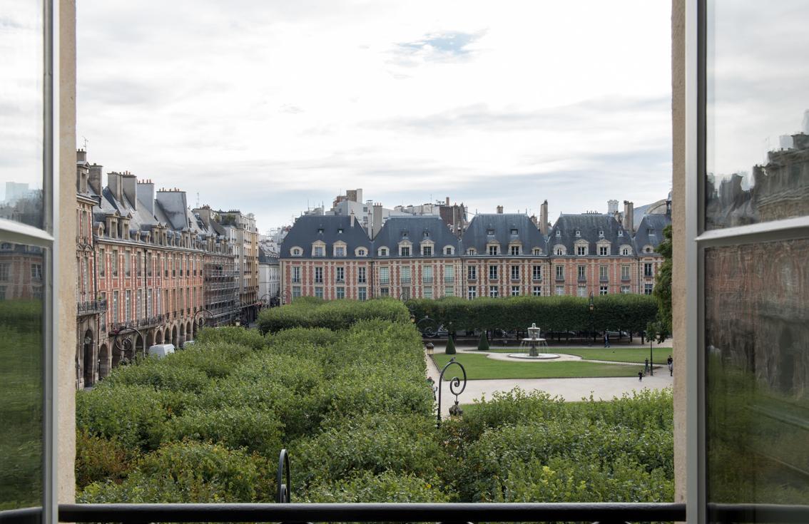 Vue Place des Vosges depuis hôtel 5 étoiles