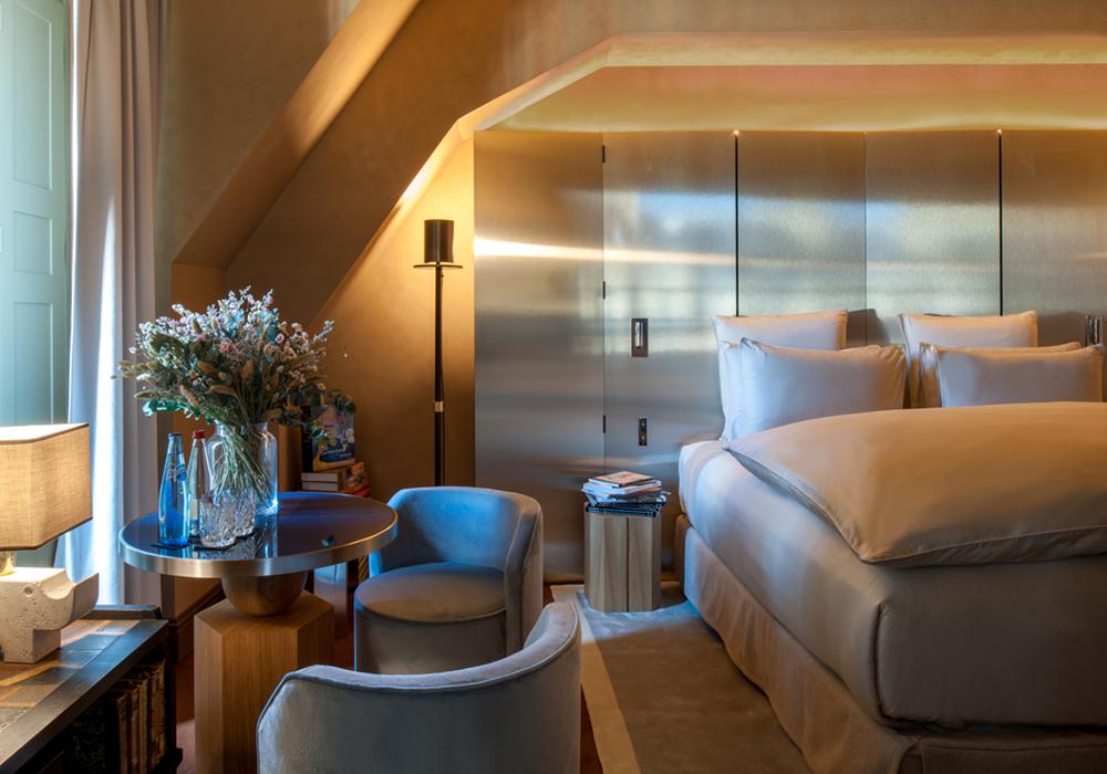 Chambre luxe lit et coin bureau