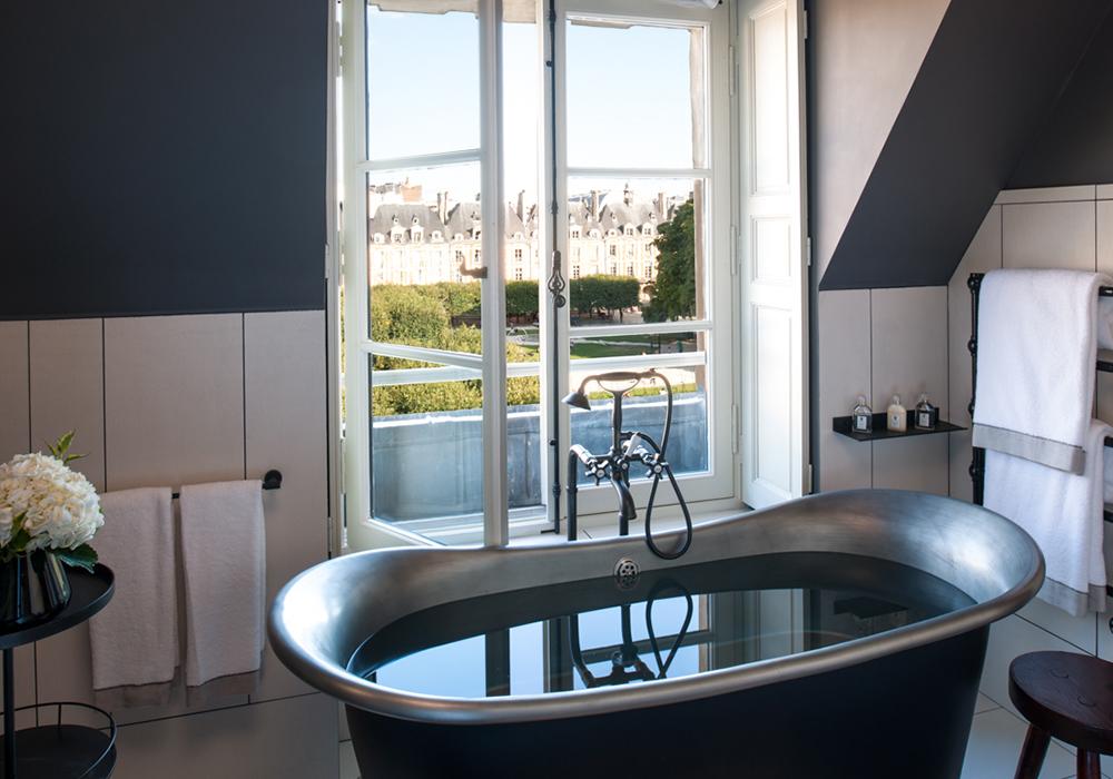 Salle de bain hotel 5 étoiles avec vue