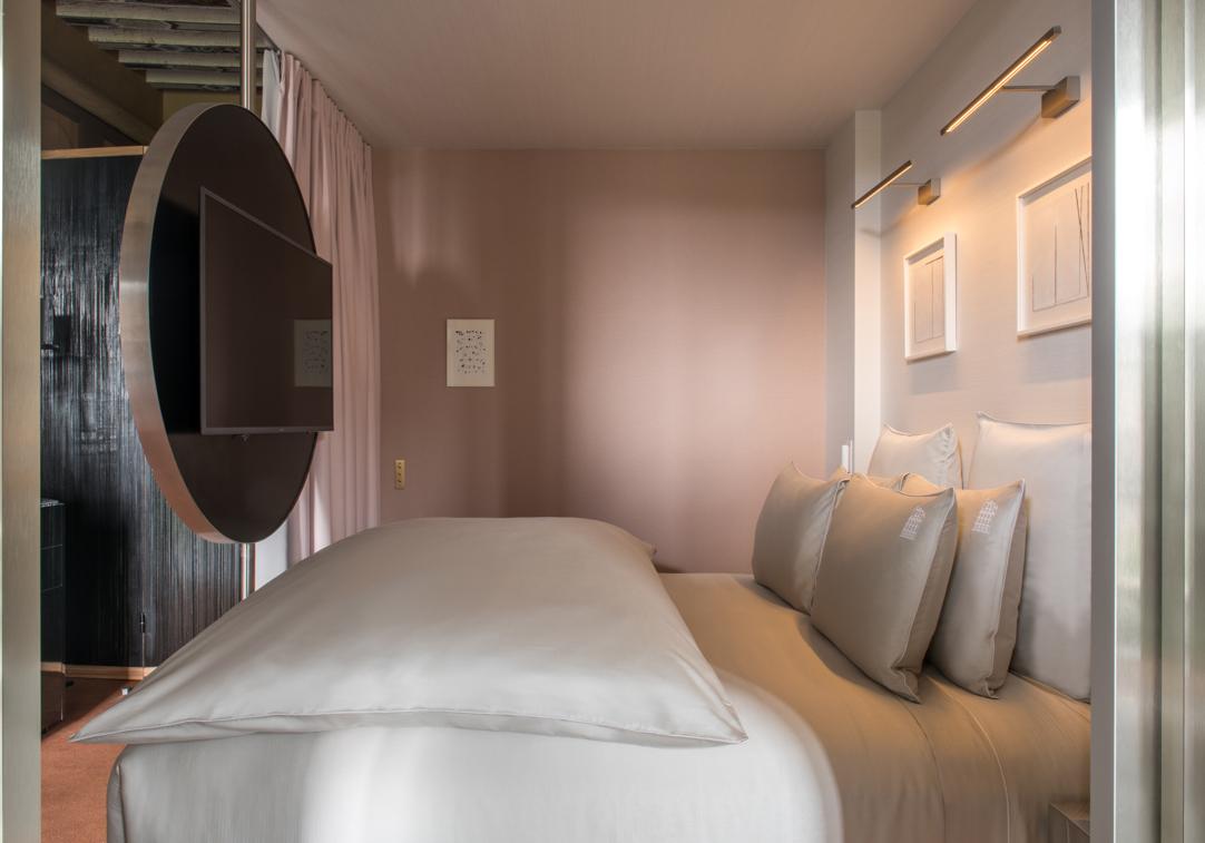 chambre et lit suite deluxe cour des vosges