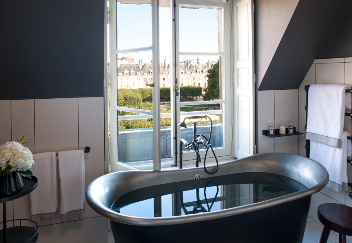 Salle de bain d'une chambre, hôtel luxe Cour des Vosges